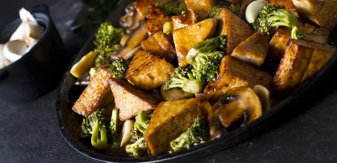 Brócolis refogado com cogumelos e tofu